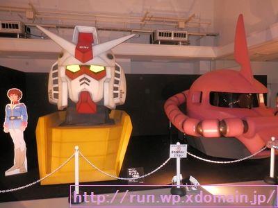 機動戦士ガンダムとシャア専用ザクの等身大模型展示。