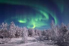空に見えるオーロラと雪景色。