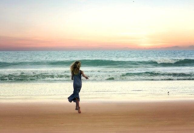 OSJ安達太良山トレイルランニング50Kに挑戦した結果を発表した砂浜を走る女性。
