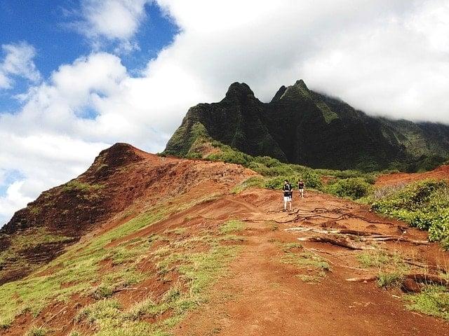 hiking-925782_640-min