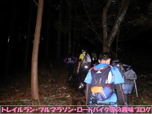 日本山岳耐久レース(ハセツネカップ)で夜の山道を浅間峠に向かって進むトレイルランナー達。