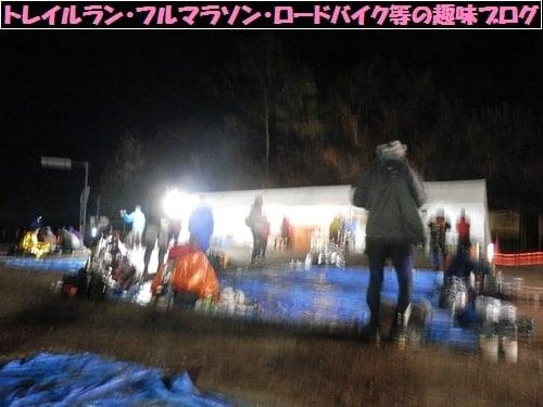 日本山岳耐久レース(ハセツネカップ)第2関門月夜見山で水分補給するトレイルランナー達。