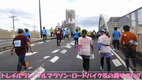 神戸マラソン2015コース場の坂を歩く美女ランナー達。