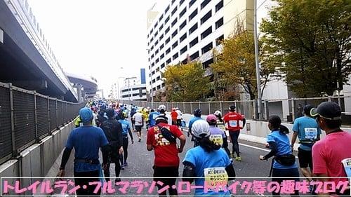 神戸マラソン2015坂を駆け上がるマラソンランナー達。
