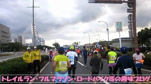神戸マラソン2015ゴール目指して走るマラソンランナー達。