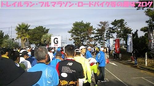 第10回湘南国際マラソン2015のGグループに並ぶランナー達。