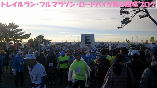 第10回湘南国際マラソン2015のEグループに並ぶランナー達。