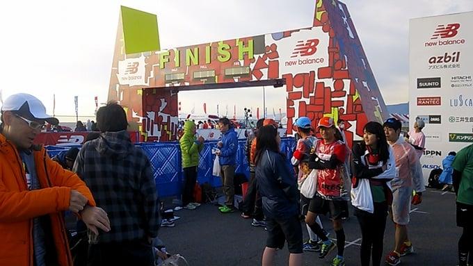第10回湘南国際マラソン2015の大会会場周辺に集まるランナー達。