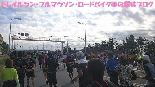 湘南国際マラソン2015制限時間内に関門を通過する女性ランナー達。