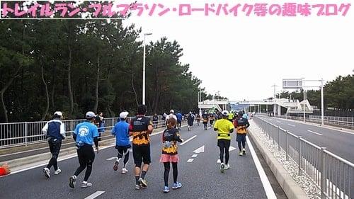 湘南国際マラソン2015ニューバランスのTシャツで走る女性ランナー達。