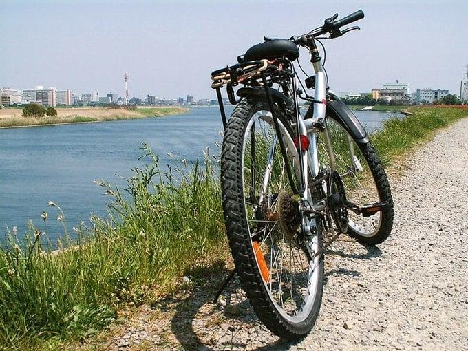 天気のいい日にリバーサイドにマウンテンバイクを止めて一休み。