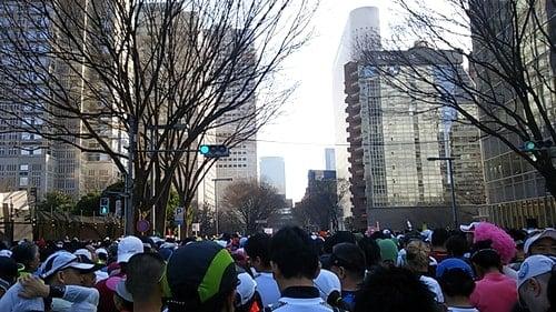 東京マラソンHグループのスタート地点に並んだランナー達。