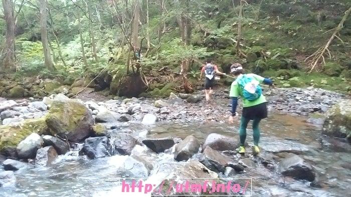 安達太良山から和尚山を経由して銚子ヶ滝へ向かうトレイルランナー。