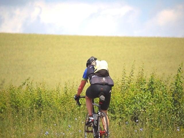 ロードバイクに乗るならタイヤパンク時のチューブと空気入れも必要。