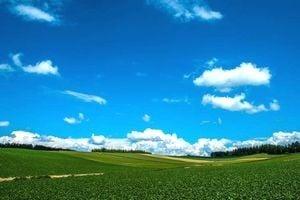 天気が良くて空が澄んでいる大自然の風景。