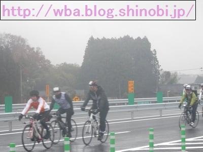 高速道路をを走行するロードバイク