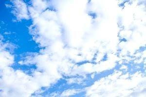 雲浮かぶ青空。