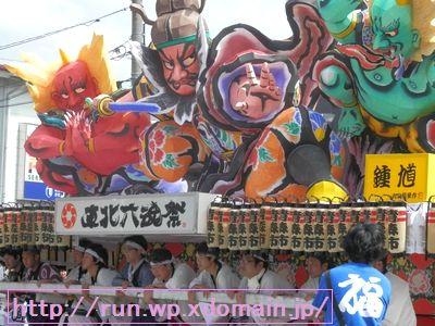 東北六魂祭で神輿を担ぐ人達