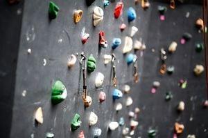 ボルダリング用のカラフルな石が沢山並んでいる。