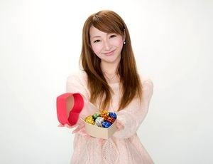 美少女がプレゼントを持っている。富士登山競走2014参加賞アクティブポーチの色。