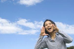 空に向かって叫ぶ若い女性