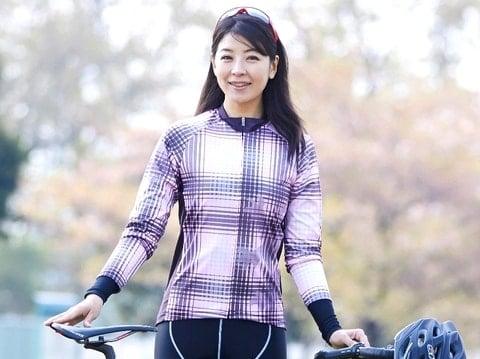 日向涼子がサイクルジャージを装備してロードバイクと一緒に写っている画像。