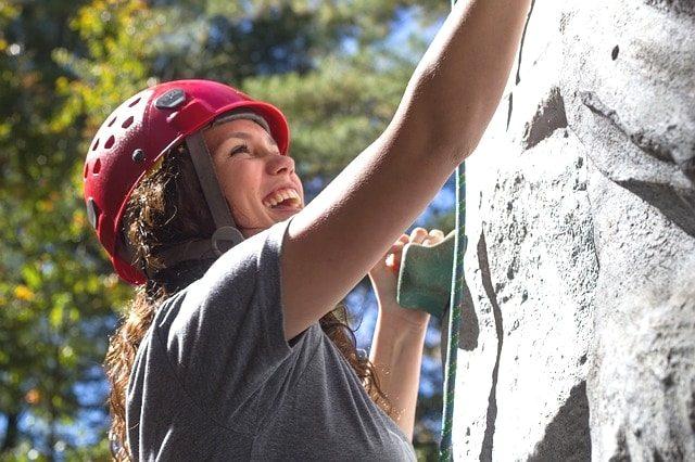 トレイルランニングに最適なGPS登山時計エプソンMZ-500Sを使用している女性。