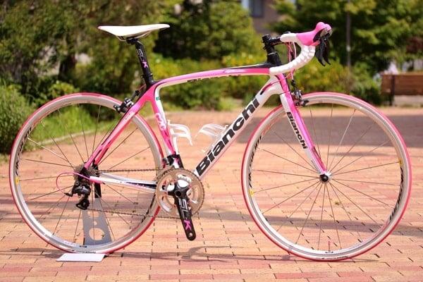 ビアンキのロードバイクピンクカラー背景あり。
