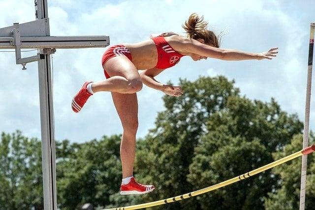 UTMF・STY抽選結果発表で当選して飛び上がって喜ぶ美少女。ウルトラトレイル・マウントフジ。