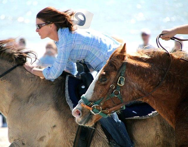 東京マラソン2016を走る準備をしてエキスポ会場に馬に乗って向かう女性。