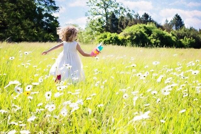 little-girl-running-795505_640-min