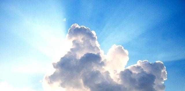 東京マラソン2016抽選倍率11.3倍に当選した雲の後ろから光が指す空。