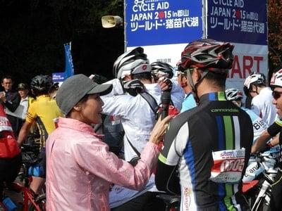 ロードバイクで猪苗代湖一周に挑戦!サイクルエイドジャパンのインタビューを受ける選手。