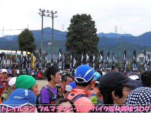 日本山岳耐久レース・ハセツネカップのスタートゲート付近に整列するトレイルランナー達。