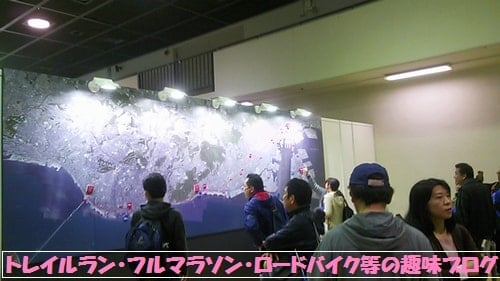 第5回神戸マラソンEXPO2015(神戸国際展示場)でコース案内を見ているロードランナー達。