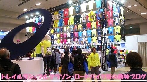 第5回神戸マラソン(神戸国際展示場)アシックスブースに集まるロードランナー達。