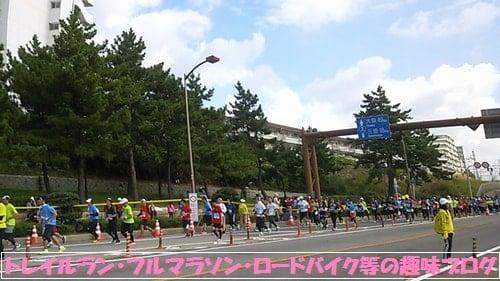 神戸マラソン2015折り返し地点に到着するマラソンランナー達。