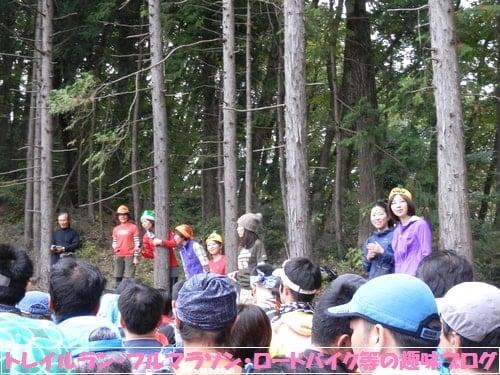 日本山岳耐久レース(ハセツネカップ)を応援する女性達。