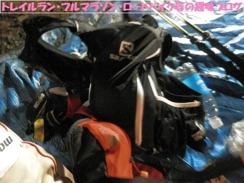日本山岳耐久レース(ハセツネカップ)第2関門月夜見山で水分補給するトレイルランナーの装備。