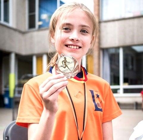 神戸マラソン2015で完走メダルを獲得した笑顔の少女。