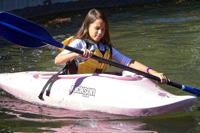 アドベンチャーレースワールドチャンピオンシップに出場してカヤックを漕ぐ女性選手。
