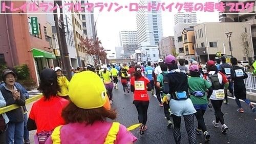 kobemarathon2015仮装してコース上を走るマラソンランナー。