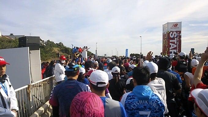 湘南国際マラソン2015ワコールCW-Xのタイツで走る女性ランナー達。