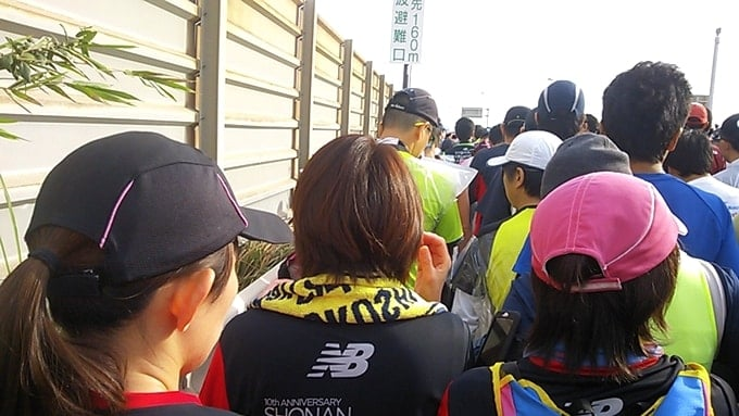 湘南国際マラソン2015のスタート地点目指して歩く女性ランナー達。