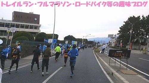 湘南国際マラソン2015女性ランナー達が30Km地点を走っている。