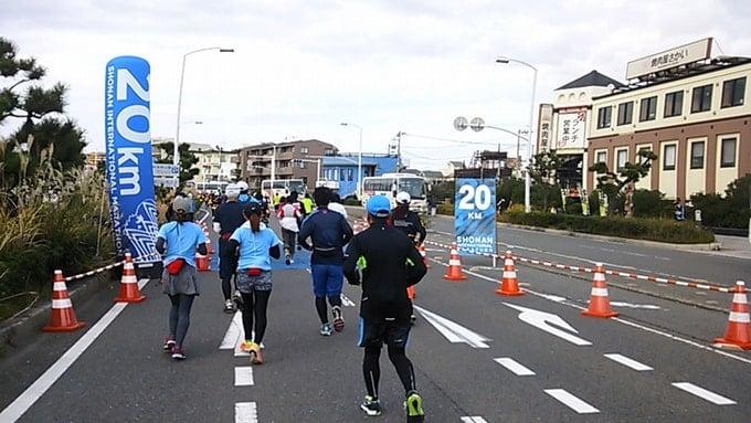 湘南国際マラソン2015復興支援エイドでの伊達絵巻とバナナを食べた女性ランナー達。