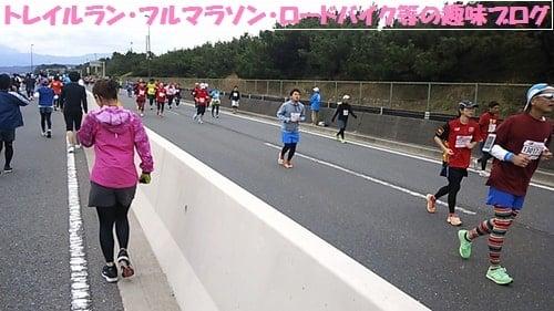 湘南国際マラソン2015を走る湘南国際マラソン2015Teamジェーンの女性ランナー達。
