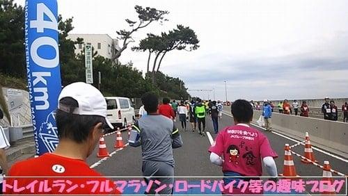 湘南国際マラソン2015を走る湘南国際マラソン2015Teamジェーンの女性ランナーがゴール目前を走る。