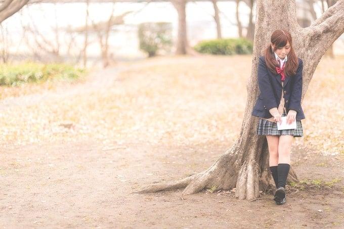 伝説の樹の下で告白する女子高生。