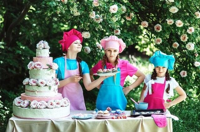 トレイルランの行動食を作る女性料理人達。